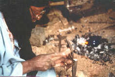 Tuareg Schmied bei der Herstellung von Tuaregschmuck