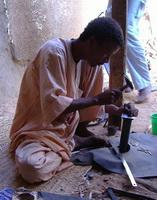 Tuareg Silberschmied bei der Herstellung von Tuaregschmuck